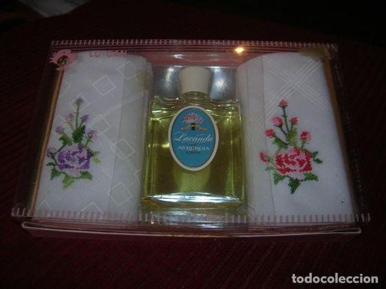 ANTIGUA CAJA CON UN FRASCO DE COLONIA LAVANDA MYRURGIA Y DOS PAÃ'UELOS BORDADOS (Coleccionismo - Miniaturas de Perfumes)