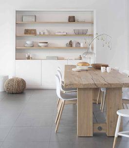 Tafel eiken met stoere HAY stoeltjes, winkelkast Mix & Match wit met houten planken. Strakke kast, witte kast, boerentafel, eiken tafel, vakkenkast, boekenkast. Interieuridee, interieur by House