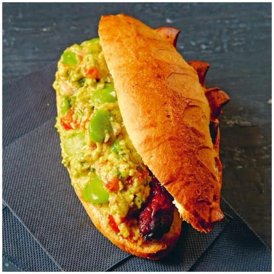 HOT DOG « IZNOGOUD » : MERGUEZ, AVOCATS, PIMENT, FÈVES