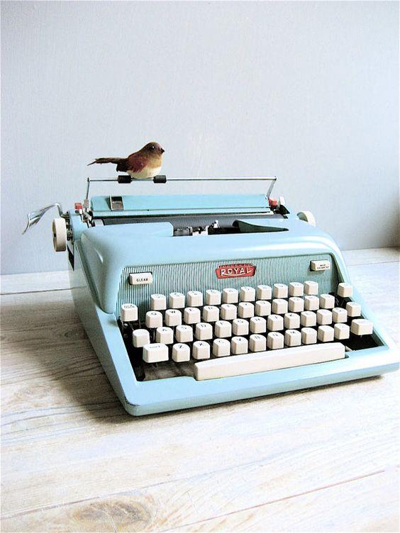 1950 39 s royal typewriter machines crire future maison et oiseaux. Black Bedroom Furniture Sets. Home Design Ideas