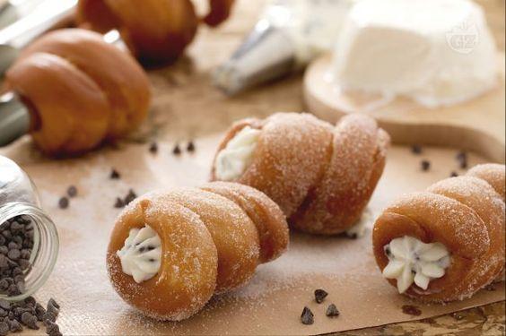 I cartocci fritti sono dei cannoli di pan brioche fritti e farciti con crema di ricotta e gocce di cioccolato, tipici della Sicilia!