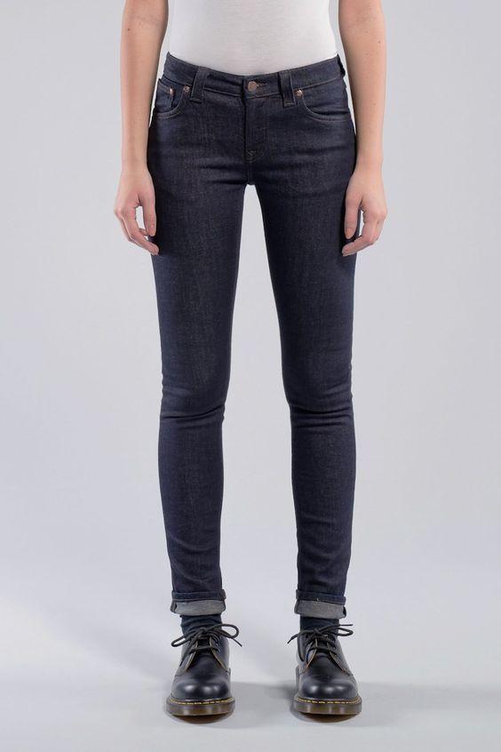 Omschrijving Donkerblauwe skinny jeans van Nudie. Deze jeans is 'dry', niet voorgewassen, en draag je zo lang mogelijk zonder te wassen om een unieke, persoonlijke afgewassen look te krijgen. Meteen wassen geeft een egaal licht vervaagd resultaat.  Details Kleur: Dry Steel. Materiaal: 98% Organisch katoen, 2% Elastan. Gemaakt met respect voor mens en milieu.  De jeans van Nudie vallen klein uit, neem een maatje groter dan bij andere merken.