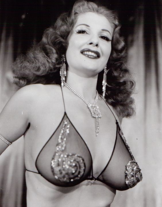 A Look Into the Past: 20 Photos of Vintage Burlesque Dancers