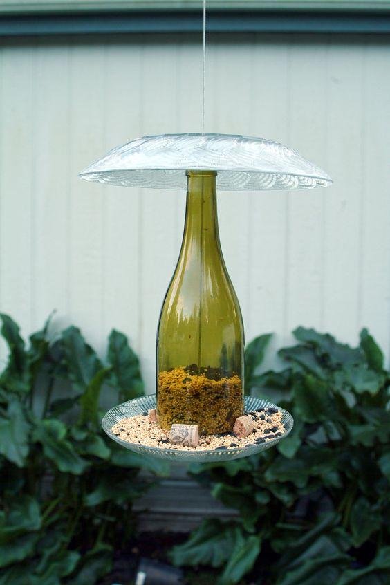 Comedouro de pássaros feito com uma garrafa reciclada: charme puro!