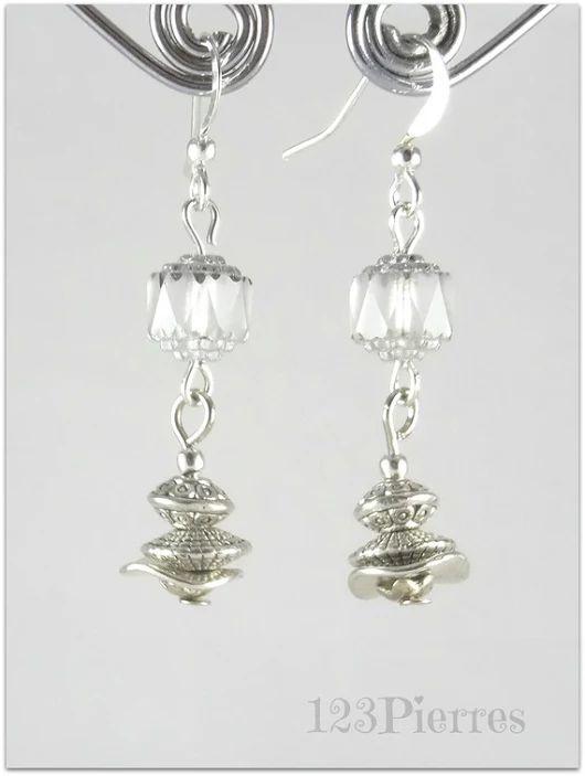 Fines boucles d'oreille blanches et argent, verre cathédrale tchèque et métal argenté - Bijoux 123Pierres
