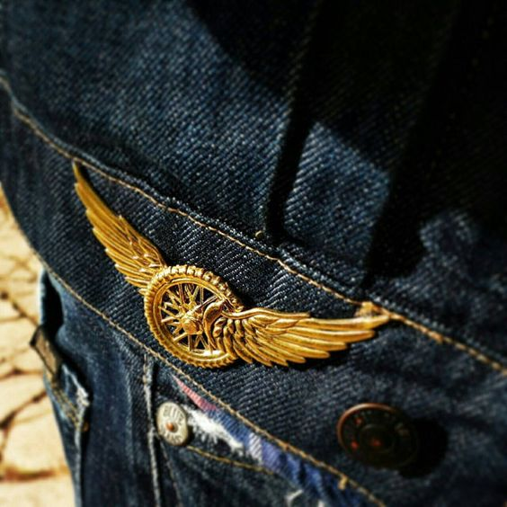Pin Vintage flying wheel biker jewellery