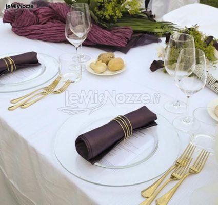 http://www.lemienozze.it/operatori-matrimonio/catering_e_torte_nuziali/food-sweet/media/foto/22 Mise en place viola e oro.