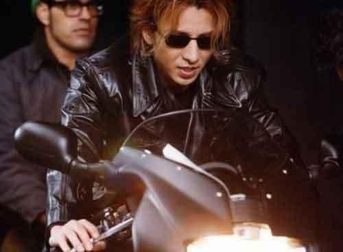 黒いバイクに乗っているサングラスをかけたXJAPAN・YOSHIKIの画像