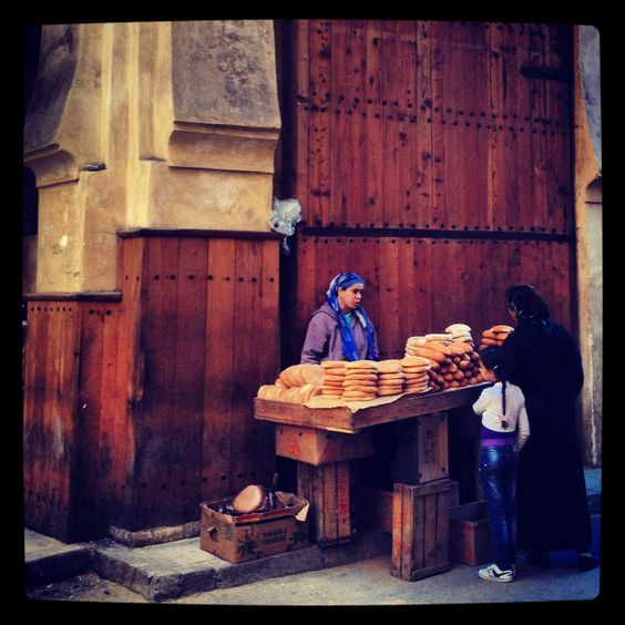 Fes, Marruecos.  Una vendedora de pan en una de las entradas a la medina. Es el pan típico marroquí que se consume con las comidas.