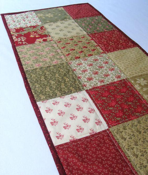 Acolchoado corredor da tabela em vermelho, verde, tecidos florais país bege