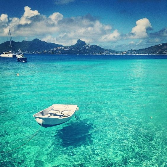 Sunny skies and clear blue water in the caribbean islands for Best clear water beaches in the world