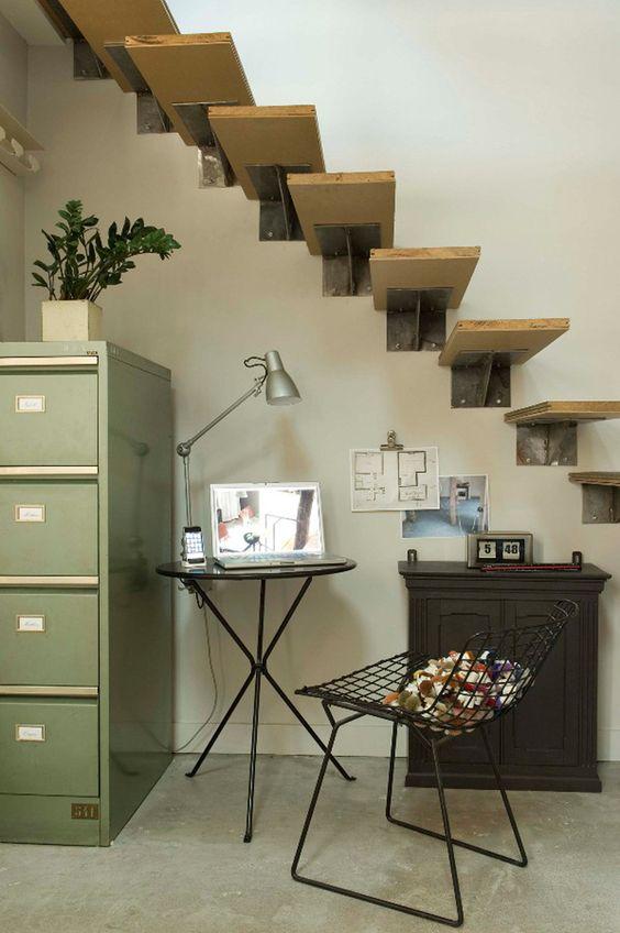 elegido el gris paredes grises, suelo gris de cemento pulido, muebles