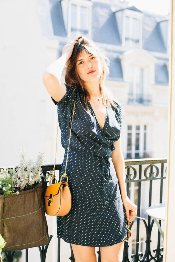 French girl style // Navy dress, tan bag