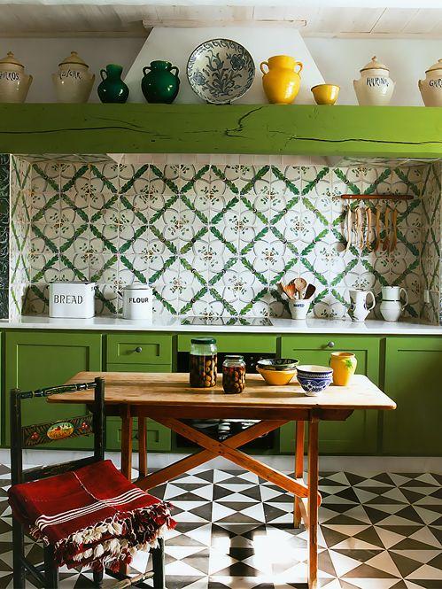 cozinha verde ( e branco ) com piso de ladrilho hidraulico branco e preto