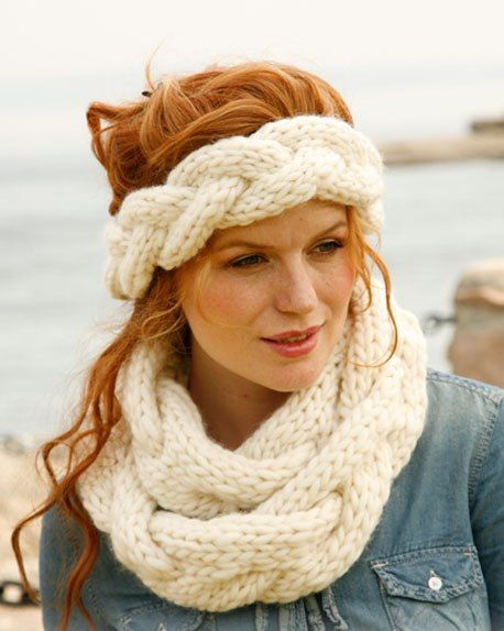 круговой вязаный шарф-коса спицами и повязка на голову: