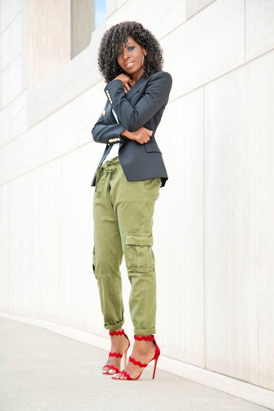 Não usamos calça colorida com muita frequência. Pelo menos não eu. Mas, de vez em quando é bom variar e peças assim deixam o look bem mais moderno e cool.