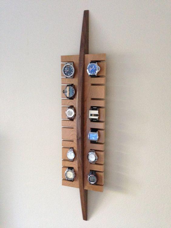 Eine handgefertigte Uhr Anzeige in massivem Nussbaum und Kirsche Holz, das funktionell und schön ist. Es hält bis zu 12 Uhren, machen Ihre tägliche