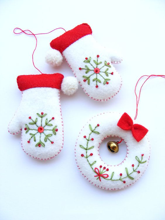 PDF pattern - Embroidered mittens and tiny wreath - Christmas tree ornaments, easy sewing pattern, DIY easy embroidery technique: