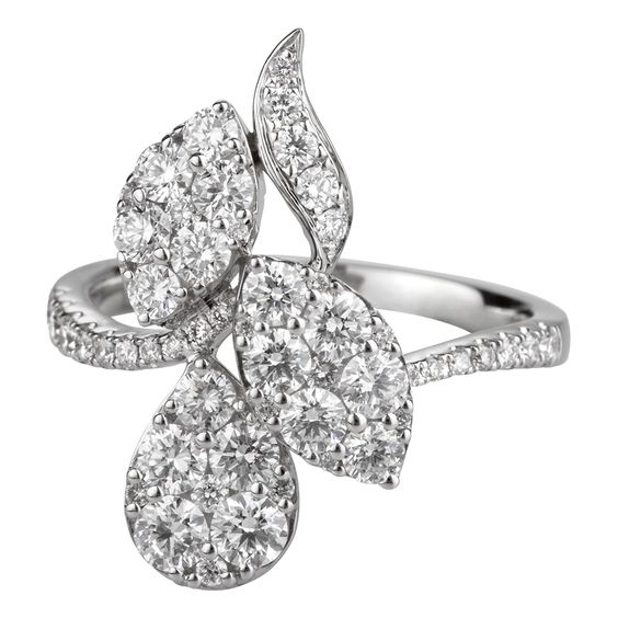 Sortija en oro blanco de 18 kilates con diamantes incoloros  18K white gold ring with diamonds