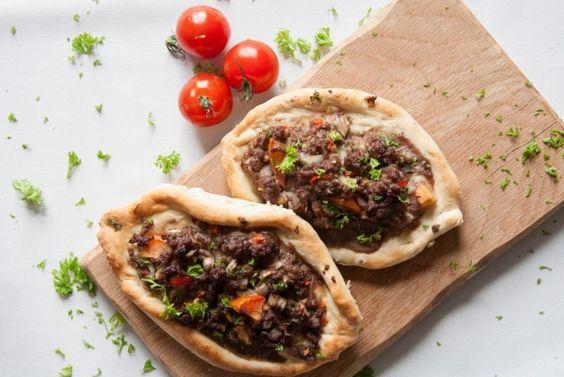 Turkse pide met gehakt (etli pide)