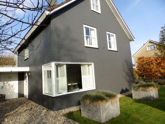 Donkergrijze gevel en witte raamkozijnen verf je buitenmuur gevel pinterest wands and house - Gecoat witte gevel ...