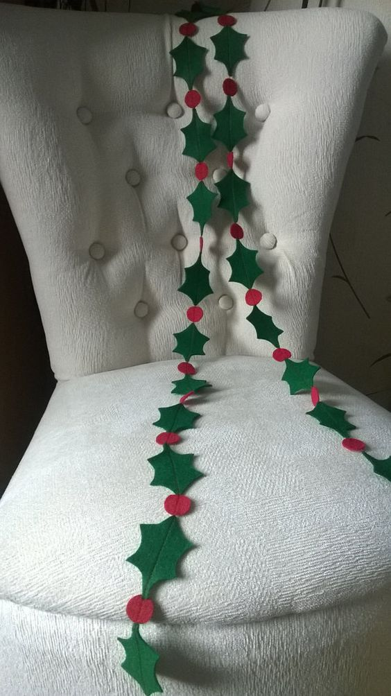 Welcome to Smashing Bows and Bunting  This handmade felt Christmas garland will look great wherever you hang it, whether across the mantel