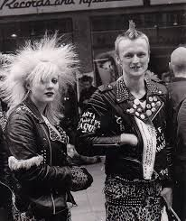 punk rock 1970 - Google Search Đặc trưng của Punk rock là kiểu tóc điên rồ,áo da đóng đinh hay những bộ trang phúc được xé toạc rách rưới.
