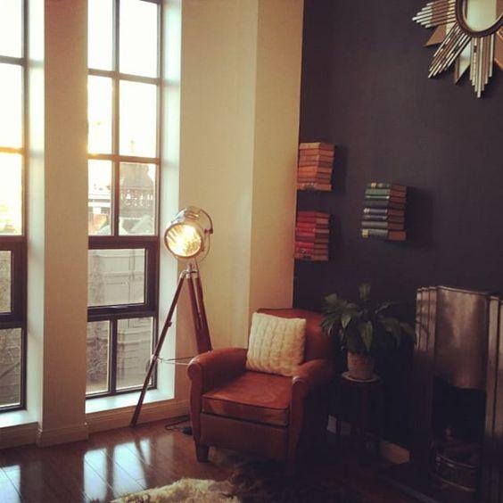 お宅拝見:オーストラリアのロマニーさんのアパート。部分的にダーク色の壁
