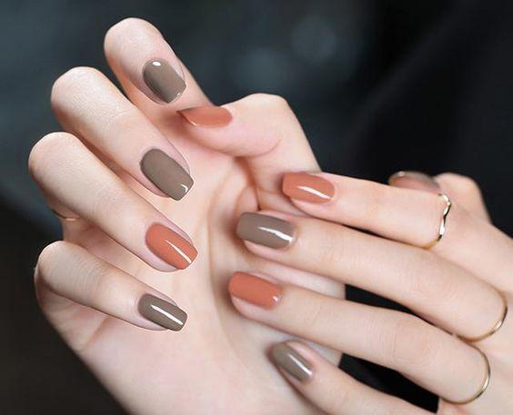 Unhas curtas e delicadas com cores sóbrias