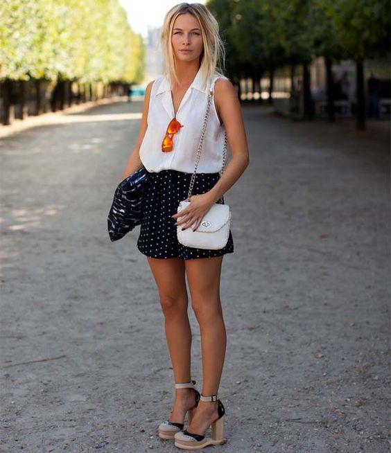 Street style em Paris, com shorts de bolinha e blusa branca.