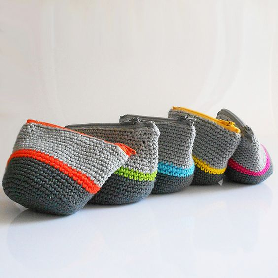 DIY: crochet coin purses.  Tutorial is in french but can be translated.