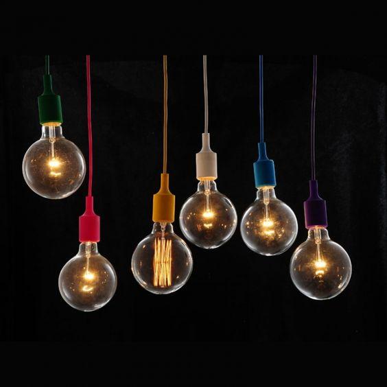 Découvrez cette suspension très design fournie avec une grande ampoule E27 à filaments incandescents. Coloris blanc. Livraison offerte dès 49€ d'achats chez Kosilum, luminaires design.