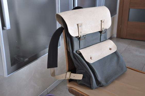 Брезентовый рюкзак с кожаными клапанами на карманах
