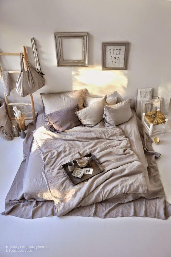 matratze auf dem boden ohne bettgestell hat man gleich viel mehr platz und es sieht viel. Black Bedroom Furniture Sets. Home Design Ideas