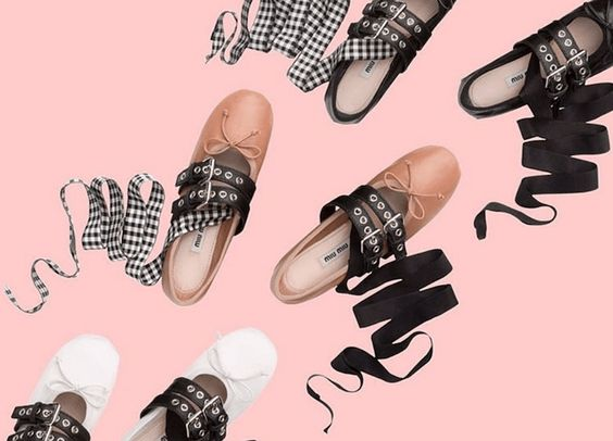 Ballerinas sind Anfang des Jahres erst wieder aufgetaucht, dann aber trotzdem irgendwie von Mules, Babouches und Co. geschluckt worden. Als das Modell mit Lederriemen und Bändern von Miu Miu dann plötzlich alle Naselang auf Instagram Accounts gesichtet wurde, war irgendwie klar: Losgeworden sind wir die Silhouette noch lange nicht! The coveted satin ballerina shoes with …