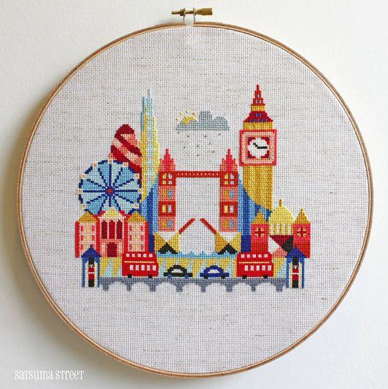 Cette croix piquer motif une caractéristiques de paysage urbain stylisé London Tower Bridge, Big Ben, la cathédrale de St Paul, Buckingham Palace,
