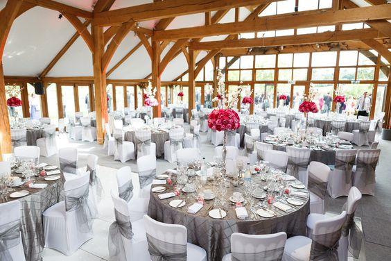 Location für die Hochzeitsfeier, Farbkonzept in grau und pink