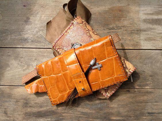 Laromo + Padici Geldbörsen aus verschiedenen Leder mit persönlichen Souvenirs bestückt. www.facebook.com/LaromoPadici