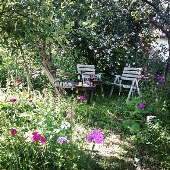 Helt uppenbart en sittplats för #afterwork under äppelträden  #sittanerlite #njutningsfullt