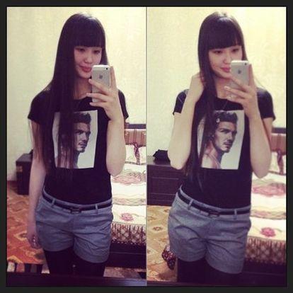 男の人の顔がプリントされたTシャツを着ているサビーナ・アルシンベコバのかわいい画像