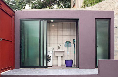Quatro lavanderias com boas bancadas e materiais resistentes. Publicada na revista ARQUITETURA & CONSTRUÇÃO