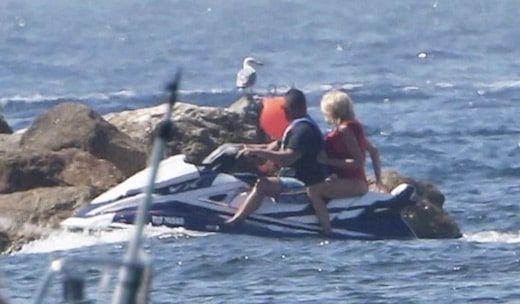 En Vacances A Bregancon Brigitte Macron S Eclate En Jet Ski En Charmante Compagnie Et Ce N Est Pas Emmanuel Macron Boat Quadcopter