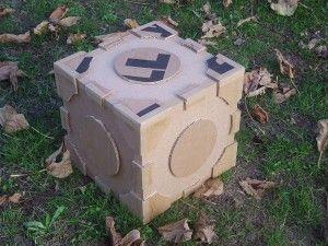 """Petite commande spéciale de mon fils Alex, légèrement influencé par les jeux vidéos. Moi, je comprends pas tout, mais il s'est entiché de ce cube, appelé """"companion"""". Il me montre la """"bête"""" sur internet et me demande si je peux lui faire en carton...pour..."""