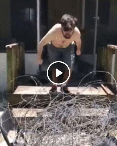 Esse cara e maluco,ele pula encimá do arame enfarpado sem camisa.