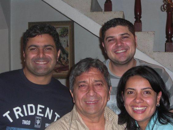 Con mi papá y mis hermanos.