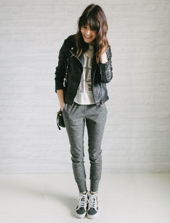 Look calça moletom sweatpants-comfy-style-leather-jacket: