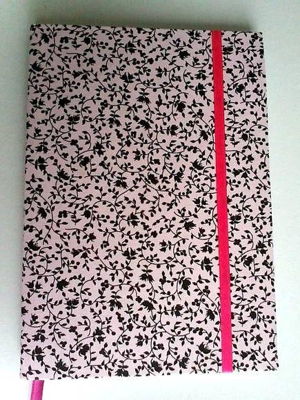 Linda agenda ou diário, com separador de cetim. Encapada com tecido de algodão. R$ 20,00
