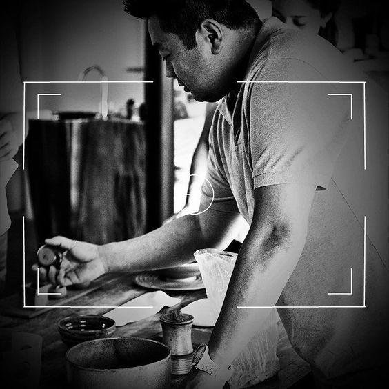 Chef @edson_yamashita estudando o enxoval na oficina de grandes idéias e mãos talentosas. Quem busca excelência deve prestar atenção em cada detalhe. Não poderia ser diferente: @studioneves arigatougozaimashita!  #embreve #itaimbibi #restaurantejaponês  #kaiseki #JapaneseHauteCuisine by ryogastronomia