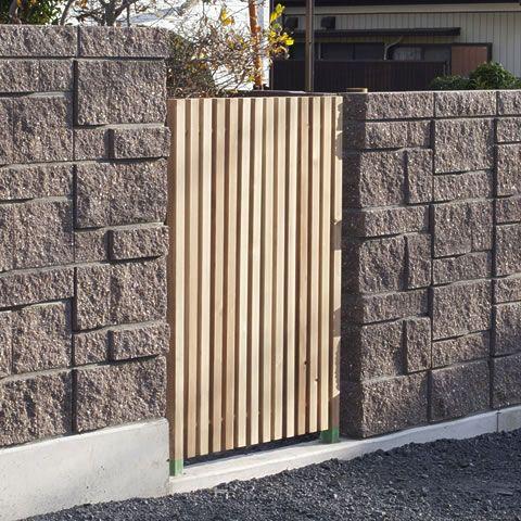 リバーシブルなクロスポールフェンス 42角の杉柾目を使った縦格子フェンス です 無色透明な防腐処理剤で長寿命加工しています ブロック塀とのマッチングは施主様のアイデア 施工は専門業者様がされました ブロック塀 フェンス 家 外観