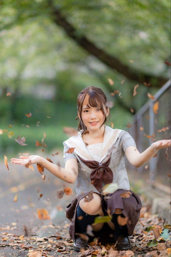 水手服制服美少女蹲著灑樹葉》Cute Girl Pretty Girls 漂亮、可愛、無敵》